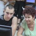 Внуци обучават баби как да боравят с телефони