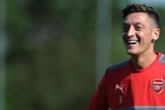 """""""Арсенал"""" развързва кесията, за да задържи Йозил"""