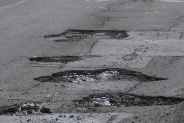 Със студена асфалтова смес днес са били ремонтирани пътищата на