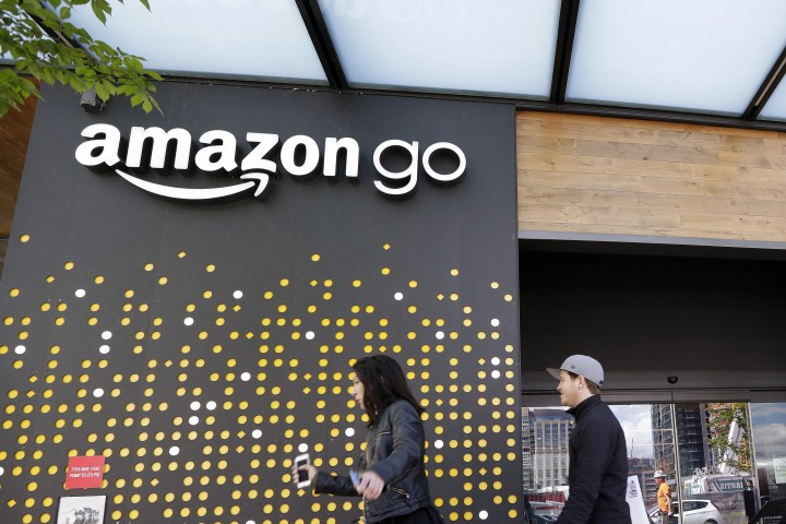 Магазинът е в Сиатъл, САЩ, носи името Amazon.Goи в него