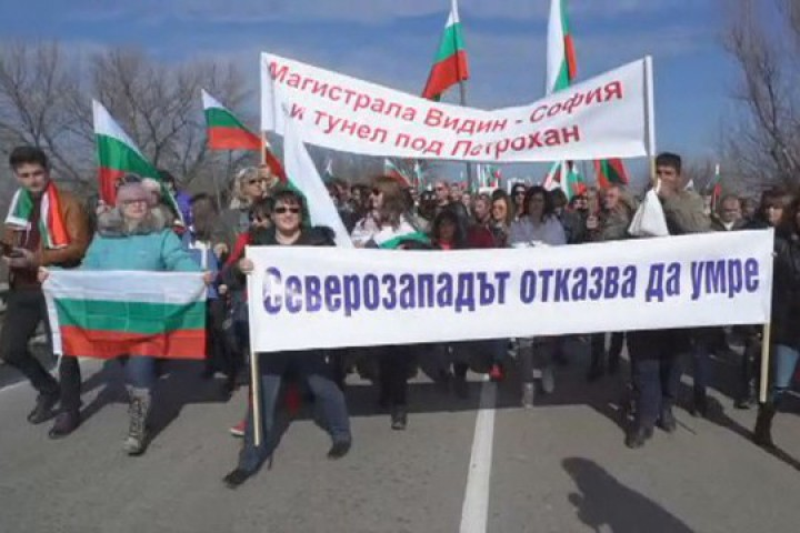 Стотици блокираха главен път Е-79 при Видин. Хората искат магистрала