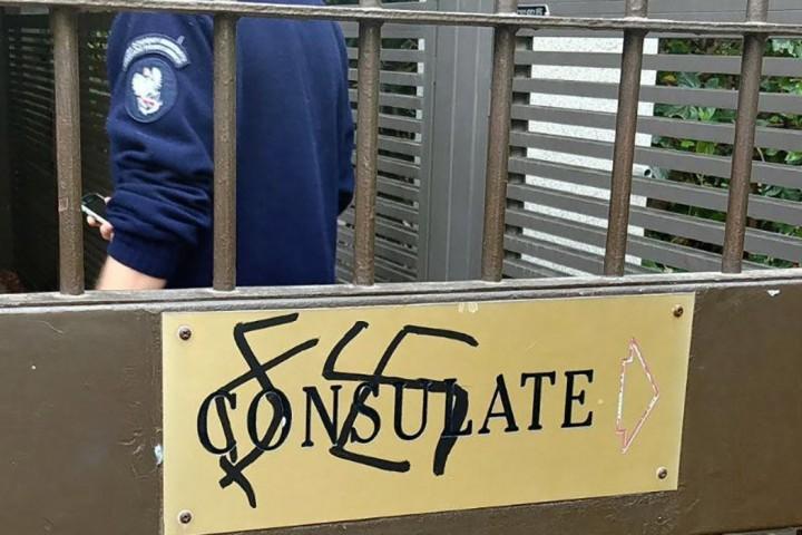Полицията в Тел Авив започна разследване заради надписи по вратата