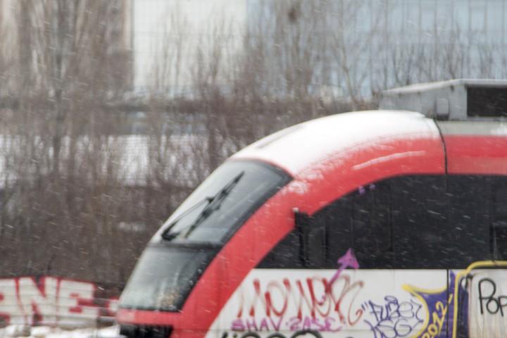 Това съобщи BulNews.bg. Около 14 часа машинистът на влака по